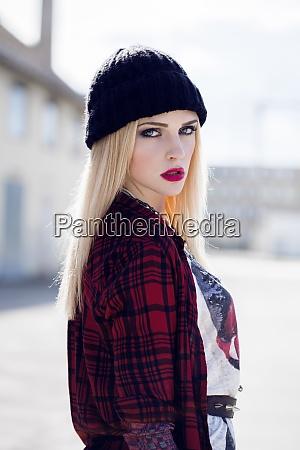portraet von stilvollen blonden jungen frau