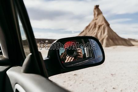 seitenansicht spiegelreflexion von touristinnen mit kamera