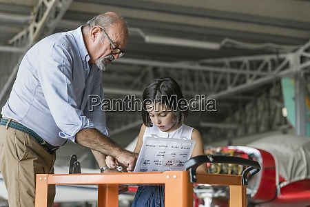 enkel und grossvater waehlen werkzeuge zur