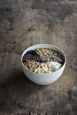schuessel mit verschiedenen getreidesorten