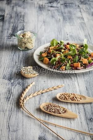 teller, mit, vegetarischem, salat, mit, süßkartoffeln - 29115868