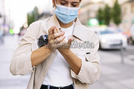 nahaufnahme der journalistin die maske traegt