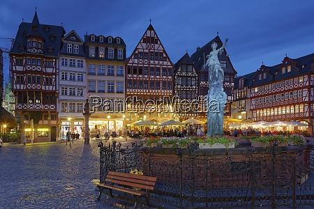 deutschland hessen frankfurt romerberg mit gerechtigkeitsbrunnen