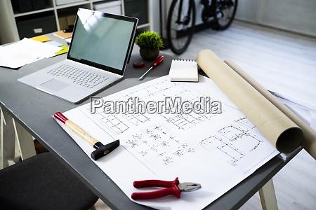 laptop und architektonische blaupause liegen auf