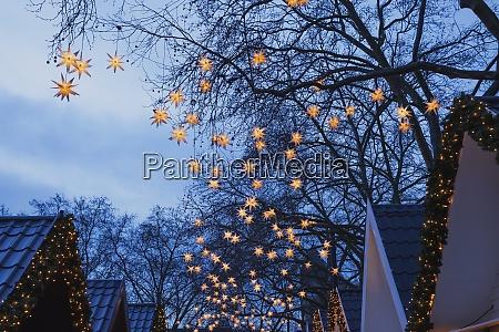deutschland weihnachtsmarkt mit beleuchteten weihnachtssternen in