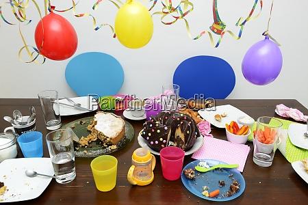 tisch mit resten der kindergeburtstagsfeier