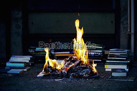 stapel von buechern feuer brennenbuecher
