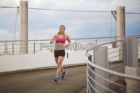 junge asiatische sportlerin beim joggen