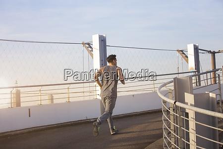 mann joggt auf einer rampe