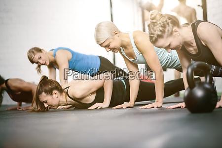 menschen im fitnessstudio machen push ups