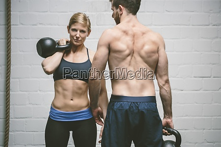 paar im fitness studio training mit