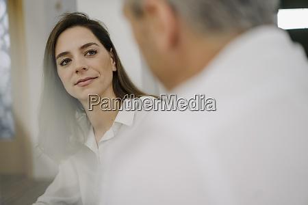 geschaeftsfrau hoert dem partner zu waehrend
