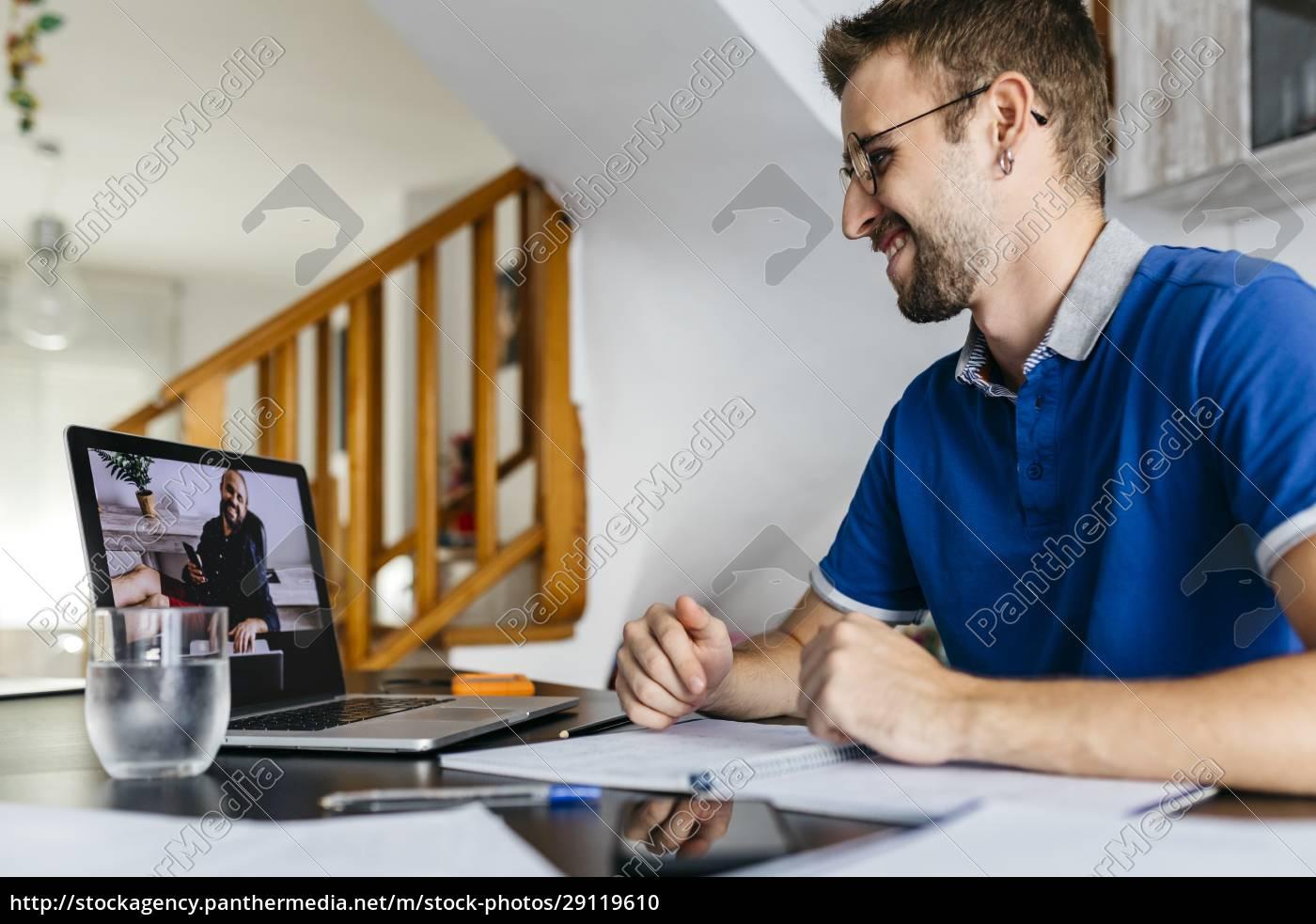 lächelnder, mann, berät, professor, per, videoanruf - 29119610