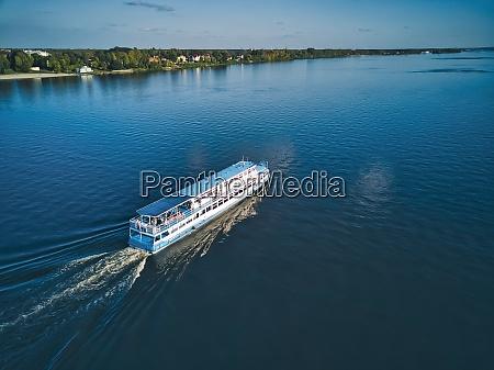 schiff mit wache auf der blauen
