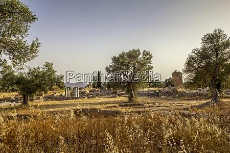 antiker apollontempel bei sonnenuntergang in gortyn