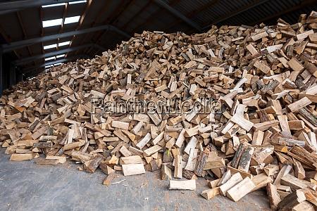 grosser haufen brennholz