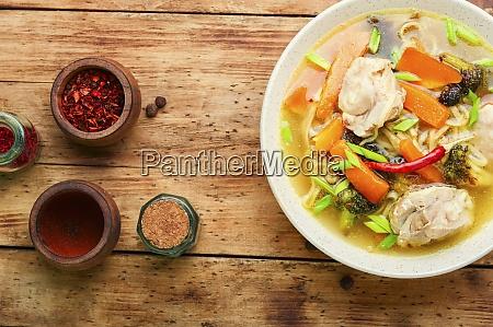 koestliche asiatische suppe