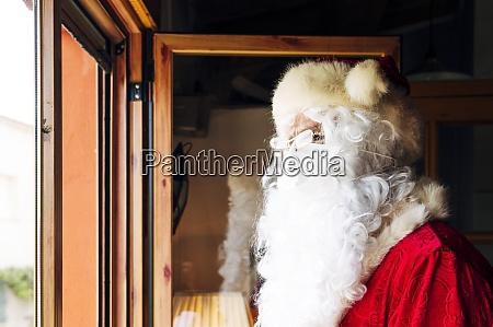 mann traegt weihnachtsmann kostuem der zu