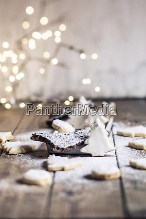 baumfoermige weihnachtsplaetzchen mit puderzucker