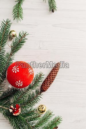 weihnachtskomposition auf einem weissen holztisch mit