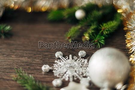 weihnachtsbaum zweige und schneeflocken auf einem