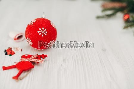 weihnachten rote dekorationen auf einem weissen