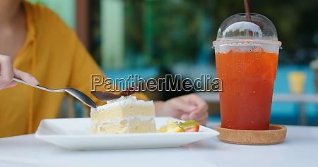 frau essen kuchen in cafe