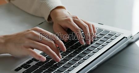 tippen sie auf laptop computer arbeit