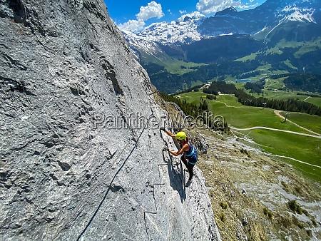 huebsche klettererin auf einer steilen via