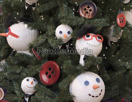 fichte mit weihnachtskugeln auf AEsten