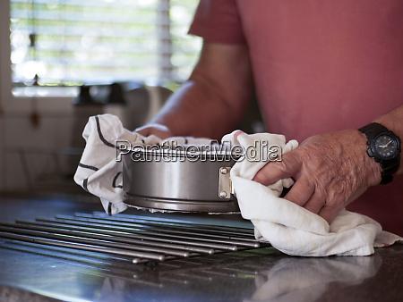mann, mit, kuchen, mit, frisch, gebackenem - 29198852