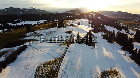 winterdrohnenfoto der allgaeuer alpen mit den