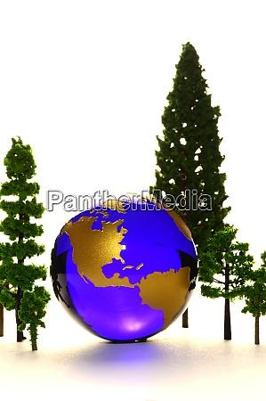 eine umweltfreundliche erde umgeben von baeumen