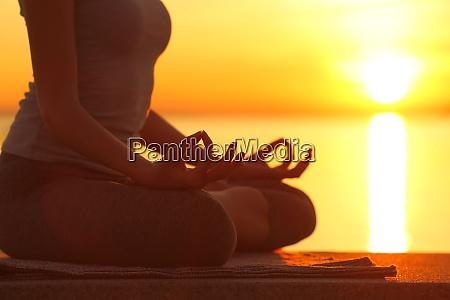frau silhouette tun yoga UEbung bei