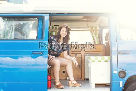 sommerferien roadtrip reise und menschenkonzept junge