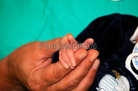 hand eines neugeborenen beruehrenden fingers