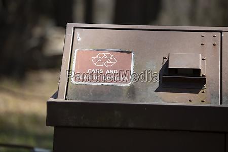 recycling behaelter in der naehe eines