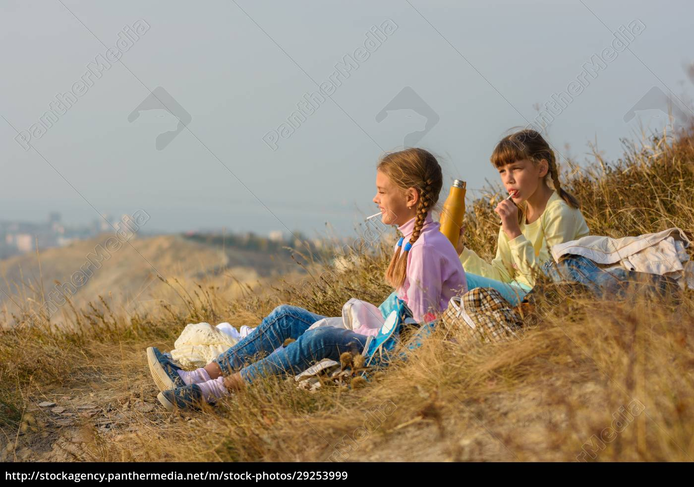 children, on, a, picnic, drink, water - 29253999