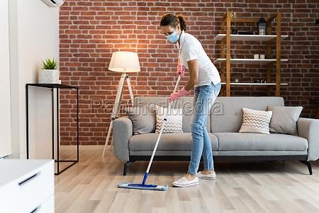 frau reinigung der hartholzboden mit mop