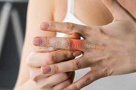 finger knoechel hand gelenk schmerzen