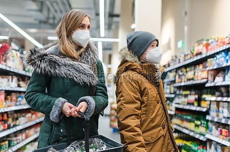 familieneinkauf im supermarkt waehrend covind19 pandemie