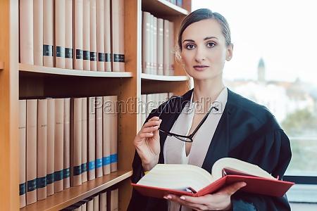 rechtsanwalt arbeitet an einem schwierigen fall