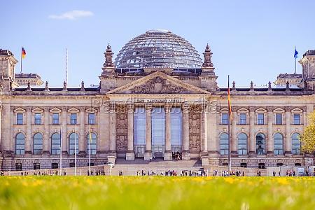 deutscher bundestag berliner reichstag im fruehling