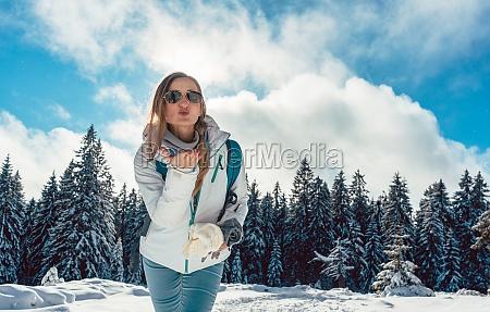 frau liebt ihre winterwanderung in den