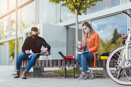 zwei college studenten lernen waehrend sie
