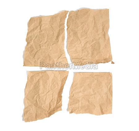 vier zerrissene stuecke braunen kraftpapiers auf