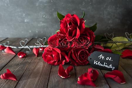 rote rosen bouquet fuer valentinstag