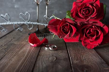rote rosen strauss mit eheringen
