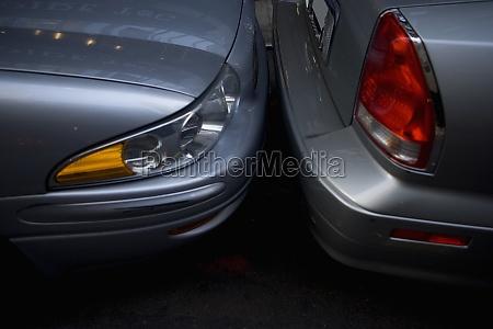 nahaufnahme von zwei autos