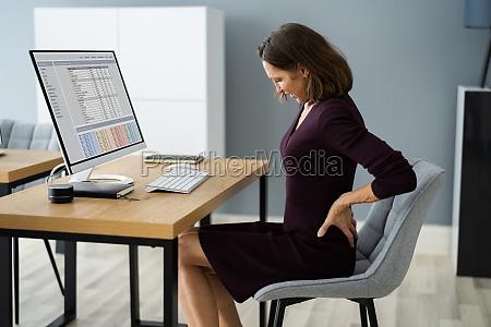 rueckenschmerzen bei der arbeit schlechte computerhaltung